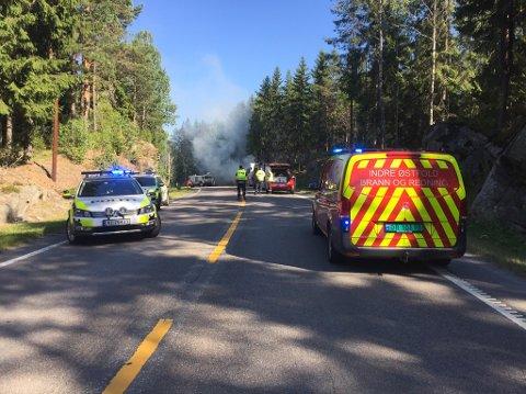 Politiet har stengt fylkesvei 128, gamle E18, mens brannslukningen pågår.