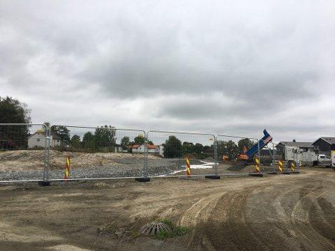 GRUNNARBEIDER: Entreprenøren er i gang med gravarbeidene på tomten for Block Watnes siste byggetrinn på Tomter i Hobøl.