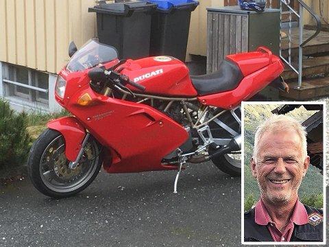 KNALLRØD SYKKEL: Petter Vinæs (innfelt) ble frastjålet motorsykkelen på bildet. Nå har den komme til rette igjen.