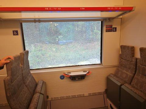 Ett av vinduene på toget ble knust som følge av sammenstøtet med traktoren.