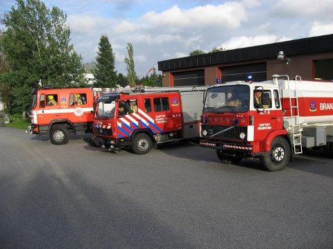 Her ser vi brannstasjonen med den pensjonerte tankbilen til venstre.