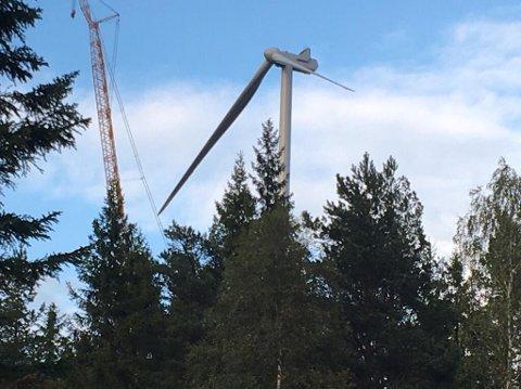 FLERE HUNDRE METER: Når vindmølla er ferdig vil den rage 210 meter over bakken når det øverste bladet står rett til værs.