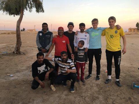 Jørgen Reymert Jensen (19) kledd i blått, var to måneder i Beirut for å bedrive humanitært arbeid.