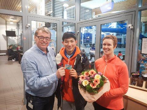 David Koht-Nordby kunne sammen med sin kollega Bente Irene Olsen overlevere Ahmad Rezaie ett års gratis bading.