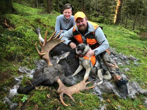Største: Øystein Koht-Norbye og sønnen Vetle med den største elgen som er skutt i Skaltorp elglag. En flott 15 tagger ble skutt i stålos for hunden. Ulrik. Foto: privat.