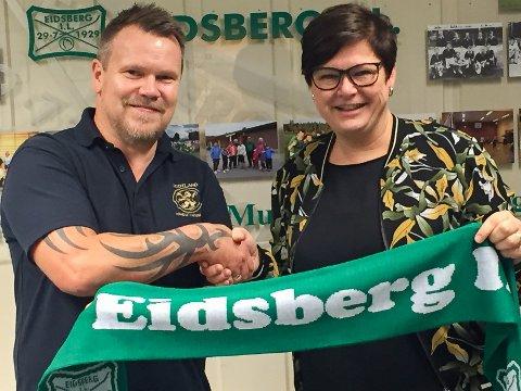 KLAR: Tirsdag kveld skrev John Roger Giltvedt under kontrakt som ny Eidsberg-trener for kommende sesong. Her sammen med fotballeder i Eidsberg IL, Catrine N. Bernhus.