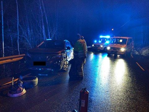 To biler og fire personer er involvert i ulykken.