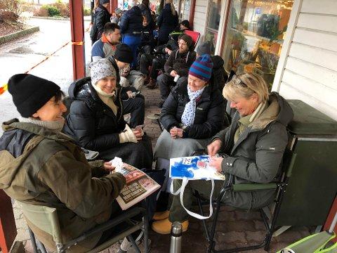 KOS: F.v.: Linda Mosling, Venke-Terese Lystad, Mona Hysestad og Hanne Gareid koser seg med kaffe og kortspilling mens de venter på billettsalget.