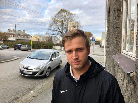 Morten Tellefsen bor og eier leilighet i den grå bygården like sør for Grytå. De seks leilighetene viser seg å ikke være godkjent, og eierne/beboerne risikerer å bli kastet ut.
