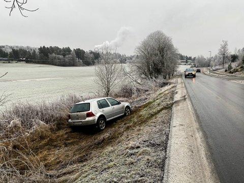 GLATT: Denne bilen dro av veien i Askim. Ifølge fotografen er det svært glatt på stedet.