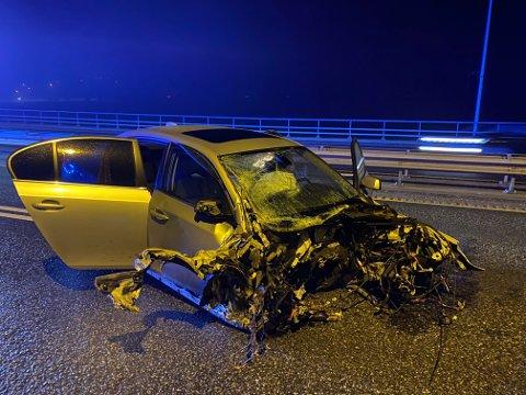 Som bildet viser er fronten av bilen borte, men cupeen er hel. Det reduserte skadeomfanget på personene ombord.