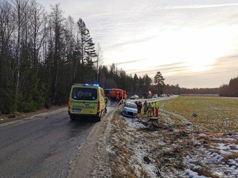 KJØRTE AV VEIEN: Da bilen kjørte av veien landet den på siden, men det skal ikke være snakk om personskade på de involverte.