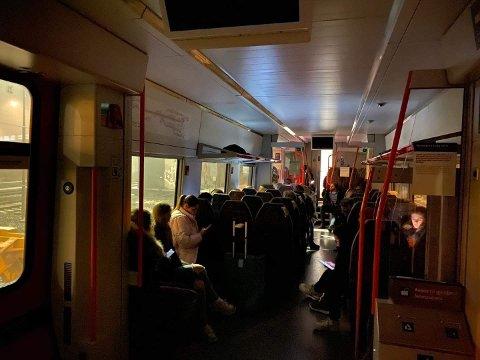 LANG TID: Passasjerene på Mysen-toget måtte vente lenge, før toget returnerte til Oslo S.