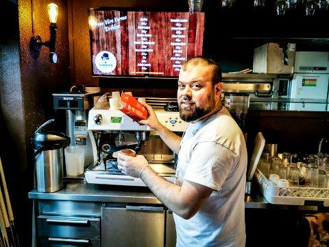 FRA BARDISK TIL SKOLEBENK: Aram Daod (27) skal bytte ut kaffekverna med skolebøker.