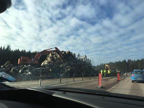 Her skjedde uhellet. Steinmasser kom ut i feltet mot Sverige. Nå jobbes det på spreng for å rydde unna steinen.