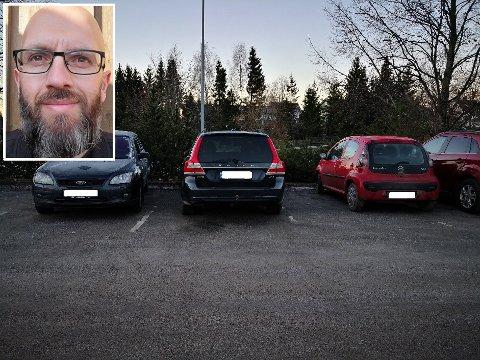 Kåre Dalsrud fra Skiptvet parkerer ofte ved togstasjonen i Askim. Han irriterer  seg over at folk parkerer hensynsløst.