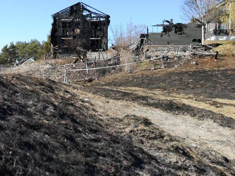 TOTALSKADD: Huset i Sorenskriverveien i Mysen ble totalskadd. Husbrannen startet med en bråtebrann.