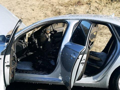 En bil tok fyr i Askim mandag ettermiddag.