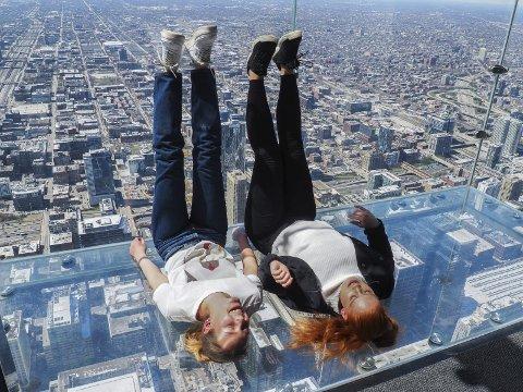 Høydeskrekk: Mange av jentene våget seg opp i det 443 meter høye tårnet til tross for litt høydeskrekk.