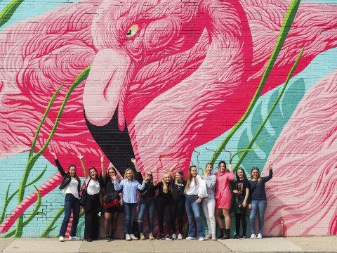 FLAMINGO WALL: Stiller opp for bilde foran et av de typiske bildestedene i byen.