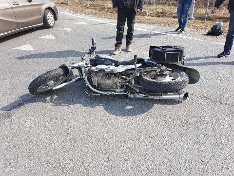 Ulykken skjedde i rundkjøringen i Krosbykrysset i Askim. 16-åringen som kjørte motorsykkelen fikk seg en trøkk. Det samme gjorde sykkelen.