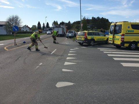 Brannmannskapene rydder veibanen etter kollisjonen