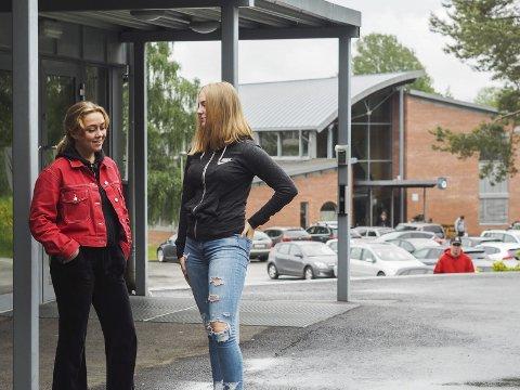 ELEVER: Silje Gullaksen (17) og Ida Blakstad (16) er elever ved Askim Videregående skole.