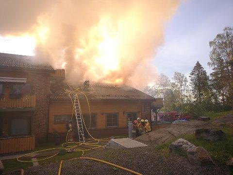 Brannen brøt ut i en av  leilighetene i denne flermannsboligen i Mysen i natt.