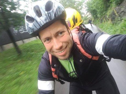 SYKLER: Arnaud Lefrancois (29) bor på Tomter, men jobber i bygg og anleggsbransjen i Oslo. Nå sykler han for å spare tid på morgenen.