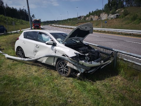 SKADER: Bilen fikk store materielle skader.