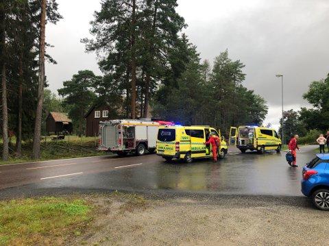 NØDETATENE: Brannvesenet og ambulansen var raskt på stedet etter melding om en trafikkulykke.