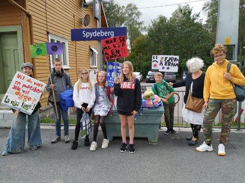 Klimastreik: Barn, ungdom og voksne fra Spydeberg tok toget inn til Oslo for å delta i klimastreik.