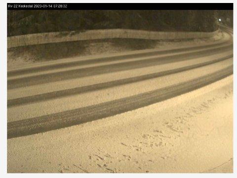 Det var tirsdag morgen snødekt vei på riksvei 22