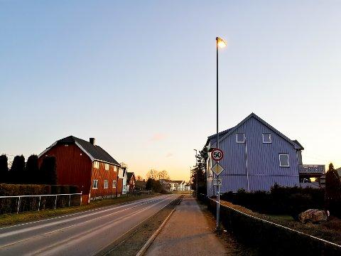 SNUDD: Alle de andre lyktestolpene lyser ned mot fortauet og veien, bortsett fra denne som har snudd seg mot en hage.