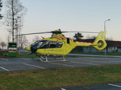 Et ambulansehelikopter har landet i Askim for å bistå i helseoppdraget.