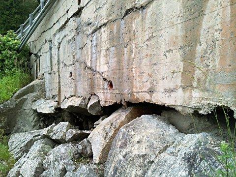 Muren bærer tydelig preg av tidens tann.