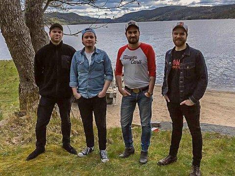 Trøgstingene Kristian Aadalen (f.v.), Ingvald Holmen Minge og Christoffer Karlsrud Dahl, spiller i bandet til Johan Berggren (t.h.). Det siste bandmedlemmet, Mats Raknerud, er ikke med på bildet. .
