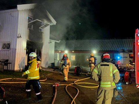 Flammene var godt synlige da brannvesenet kom til stedet. Etter litt tid fikk de kontroll på brannen.
