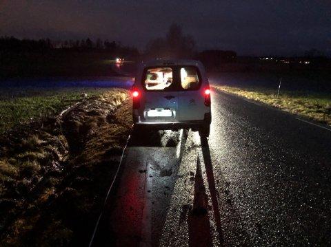 AV VEIEN: Bilen havnet utfor veien, og skal ha kjørt rundt 100 meter i grøfta.
