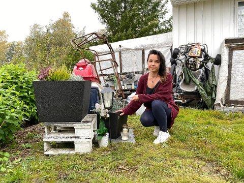 Nemi laget et minnested der hun fant samboeren Christian drept. Intervjuet med kvinnen er den niende mest leste saken i Smaalenenes Avis i 2020.