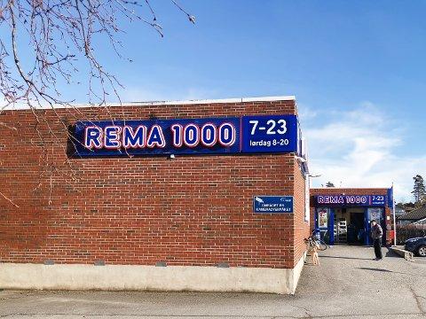 En kunde er opprørt etter at han ikke fikk kjøpe med seg de 10 posene med ris han ønsket fra Rema 1000 Korsegården. Kjøpmannen på Rema 1000 korsegården opplyser at de i blant  må sette begrensninger når det er unormalt store kjøp. Kjøpmannen mener at det er det som har skjedd i dette tilfellet.