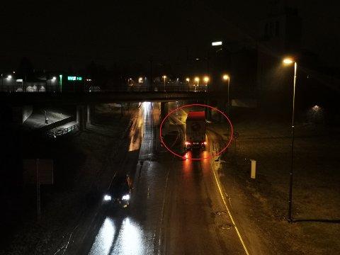 Vogntoget står rett under jernbanebroa og sperrer veien.