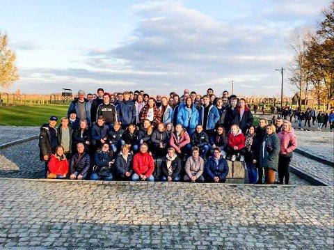 Elever, foresatte og lærere fra Marker samlet foran den tidligere utryddelsesleiren Birkenau (Auschwitz II) i Polen.