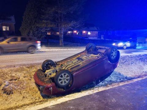 Bilen ble liggende på taket i kanten av Opsahlveien i Mysen.