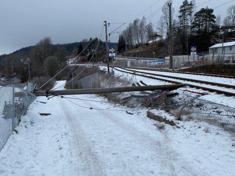 Stolpen ligger inntil toglinja. Dette fører til full stans i togtrafikken mellom Knapstad og Ski.