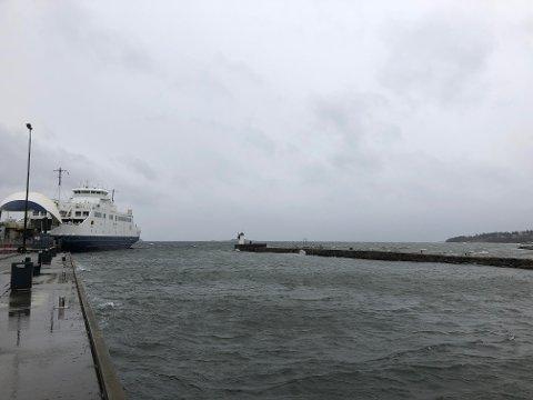 STENGT: Sterk vind er årsaken til at Bastø Fosen måtte stenge hele ferjesambandet søndag morgen. Vi vurderer situasjonen fortløpende, sier administrerende direktør Øyvind Lund.