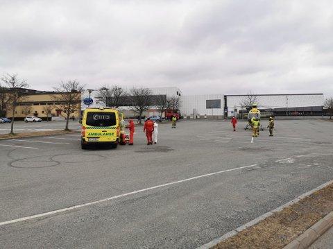 HELSE OG BRANN: Brannvesenet, ambulansen og et ambulansehelikopter er tirsdag formiddag i Askim.