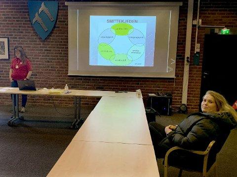 Stina Lund (t.h.), fysioterapeut i Marker kommune, var en av dem som var på smittevernkurs med May-Helle Teigen i Røde Kors onsdag. Her venter hun på at undervisningen skal starte.