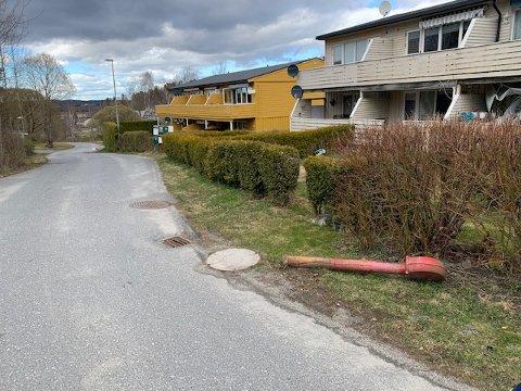 Her i Kolleveien i Askim har noen klart å kjøre ned  brannhydranten.