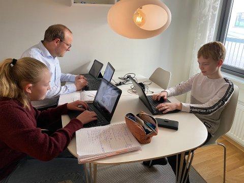 På hjemmekontor: Ole Andre Myhrvold tok fredag med seg Alvilde (13) og Thomas (11) på stortingshybelen. Da fungerte både hjemmkontor og hjemmeskole for alle tre.
